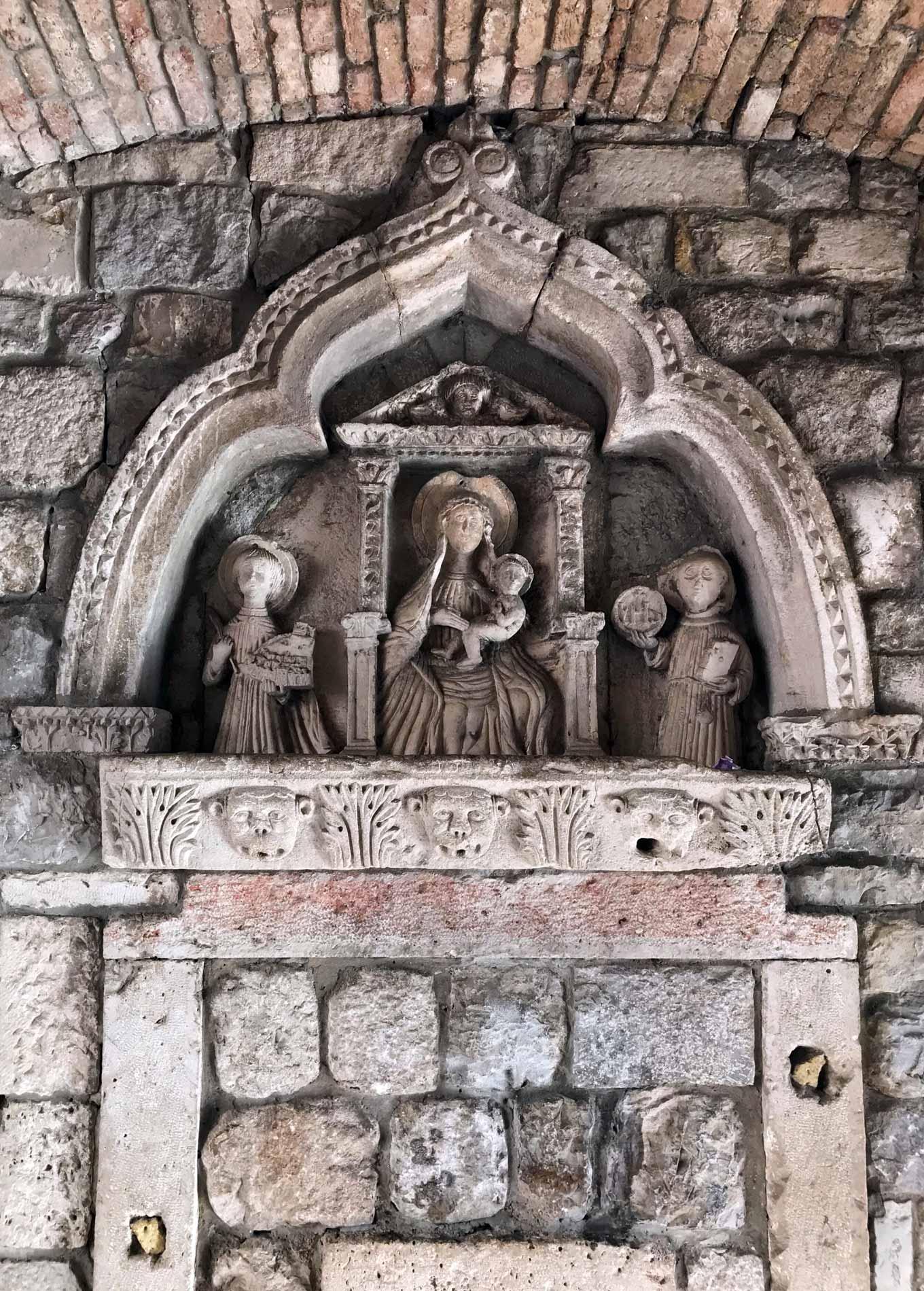 Porta-Marina-mura-veneziane-di-Kotor-Montenegro-scultura-madonna-col-bambino
