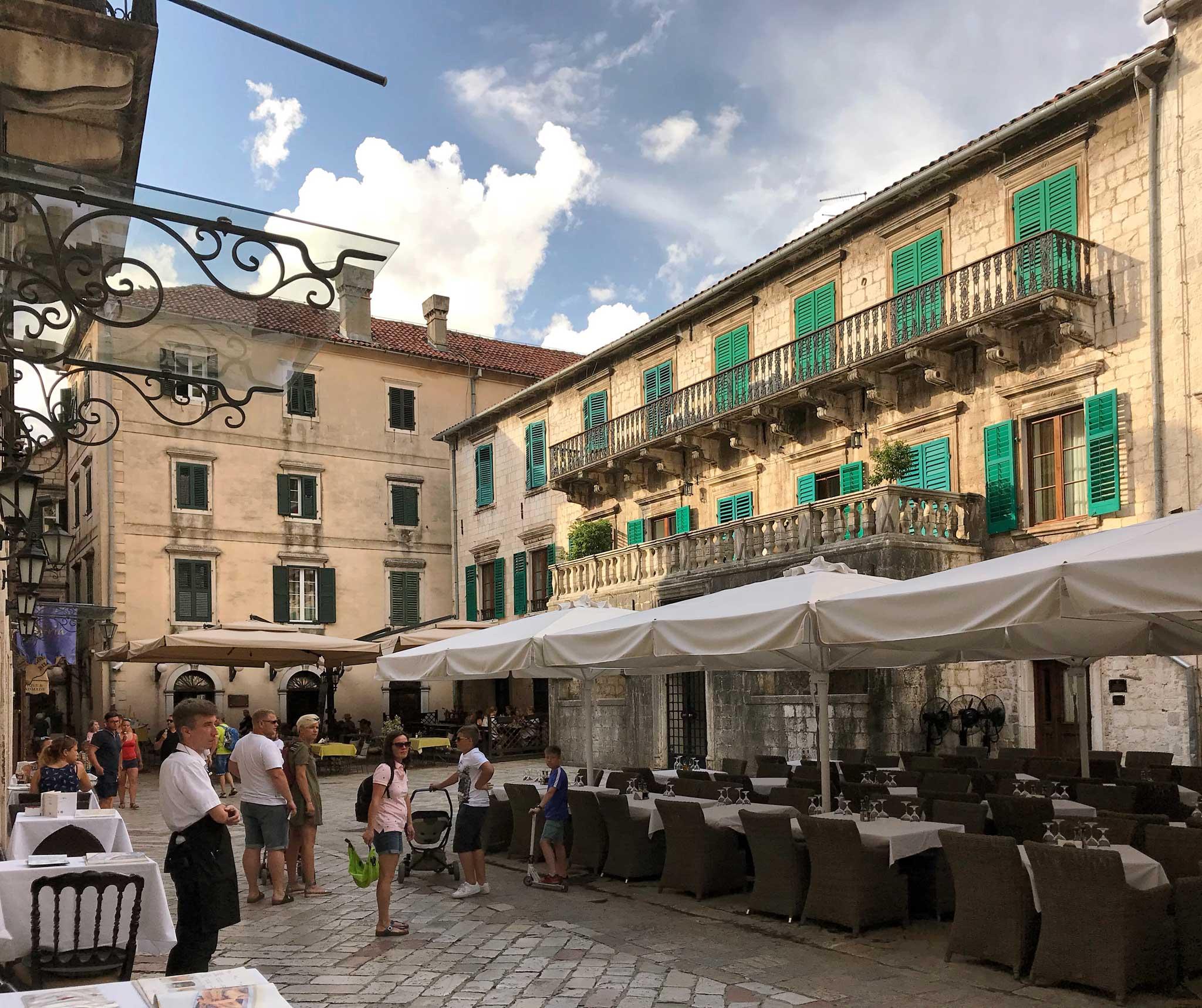 Kotor-Montenegro-Piazza-della-Farina-Trg-od-Brasna-Palazzo-Pima-finestre-tavoli