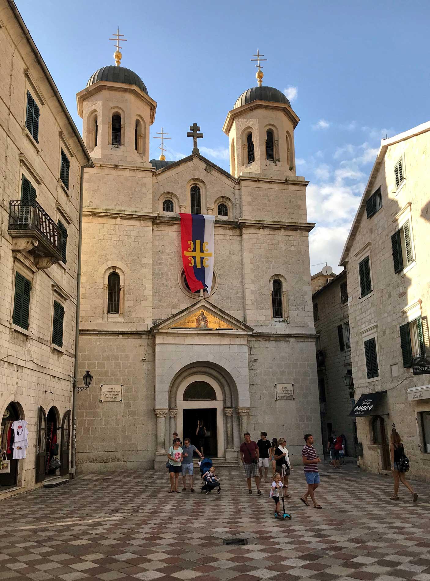Kotor-Montenegro-Chiesa-di-San-Nicola-facciata-bandiera-serba-campanili