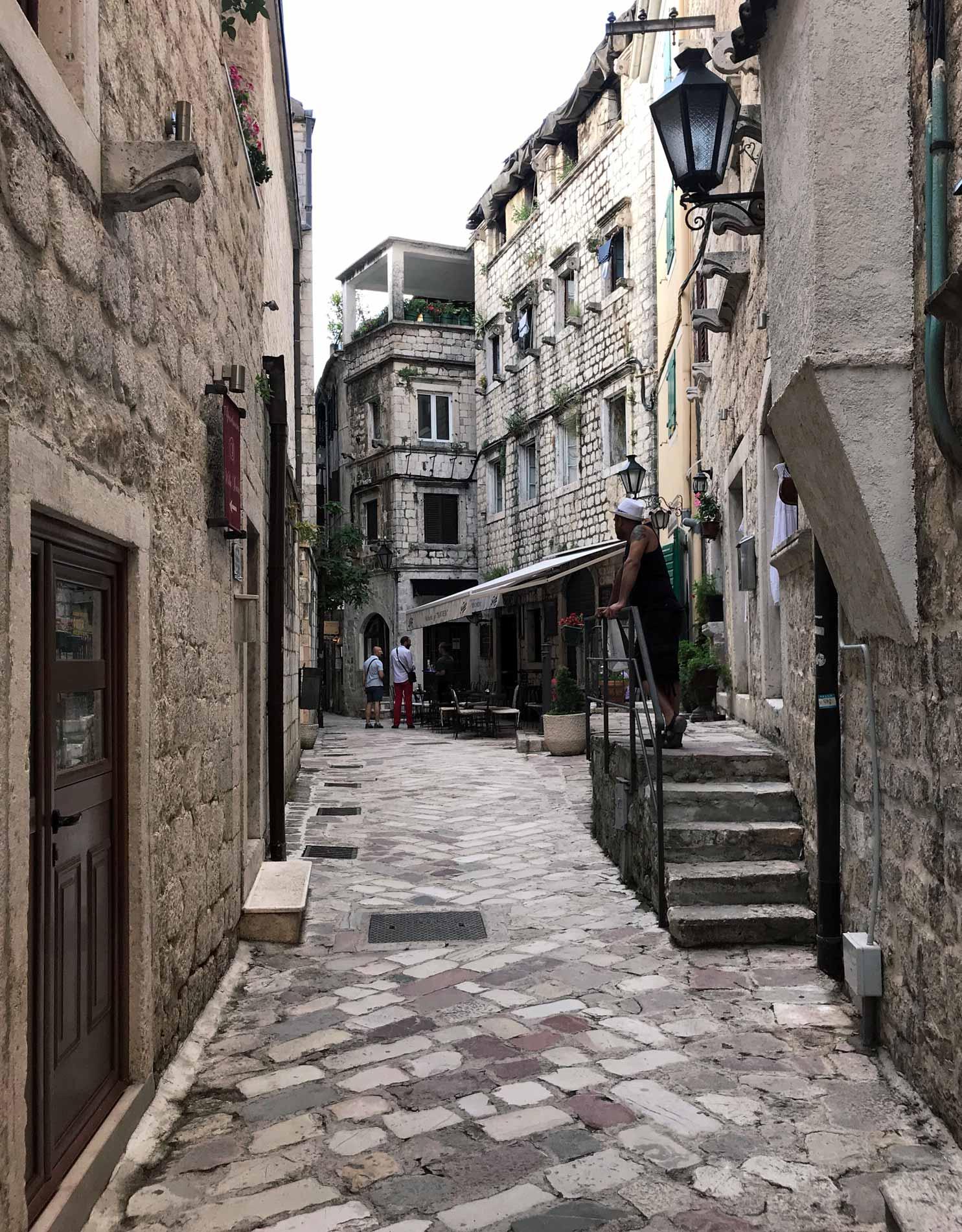 Kotor-Montenegro-via-Ulica2-persona-scala-palazzi