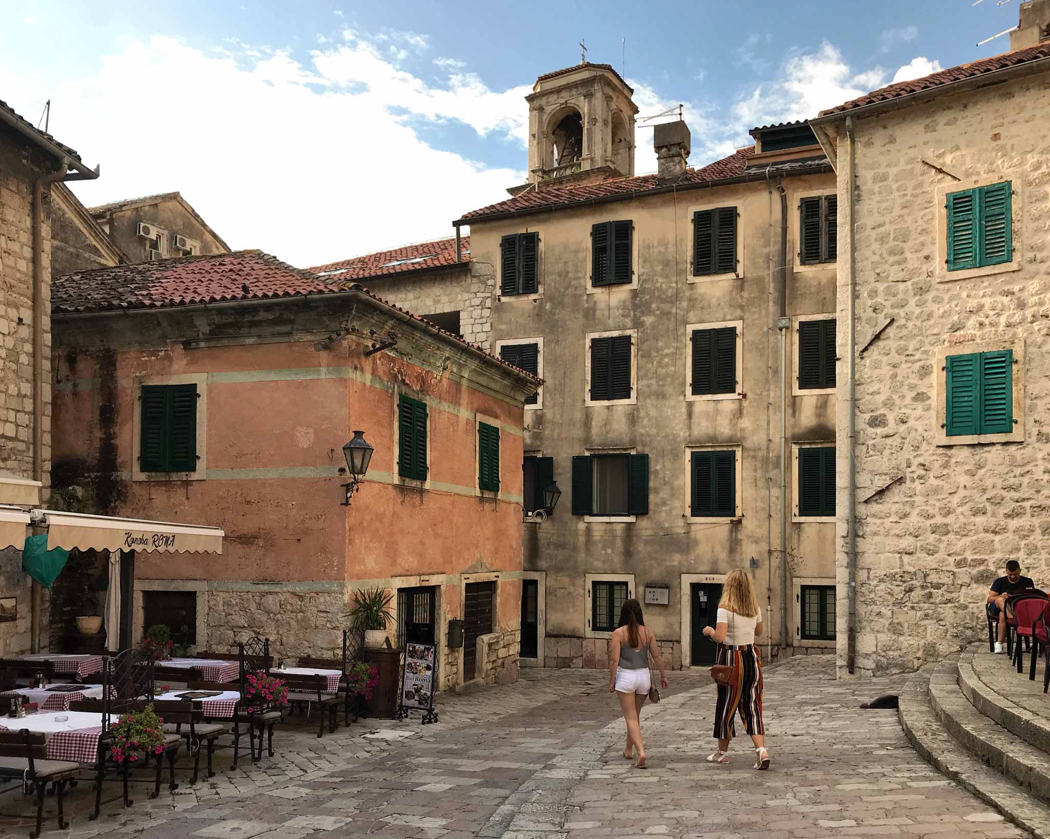 Kotor-Montenegro-Piazza-delle-Erbe-Trg-od-Salate-gradini-ragazze-che-passano