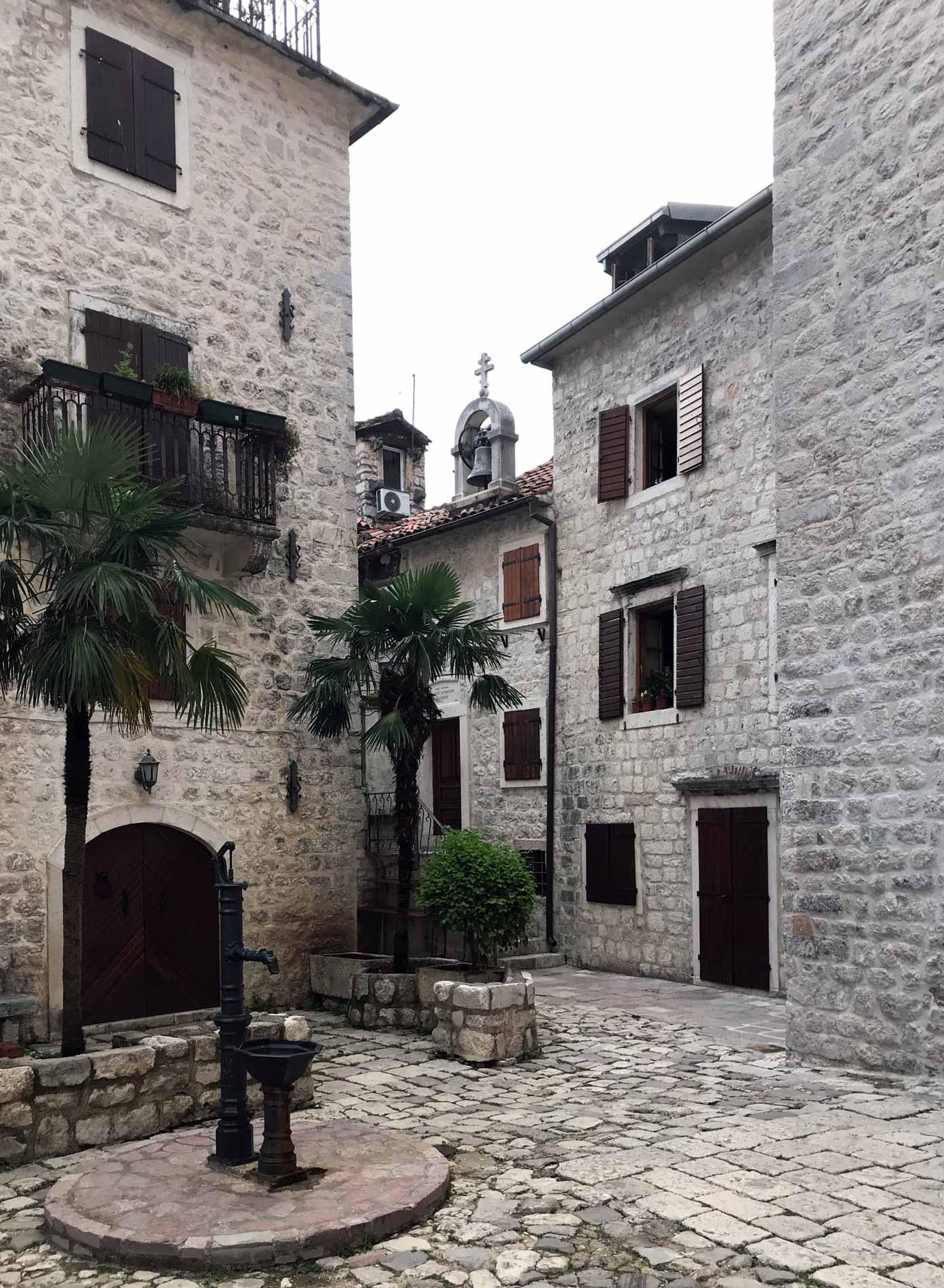 Kotor-Montenegro-via-Ulica-2-case-fontanella-muri-in-pietra