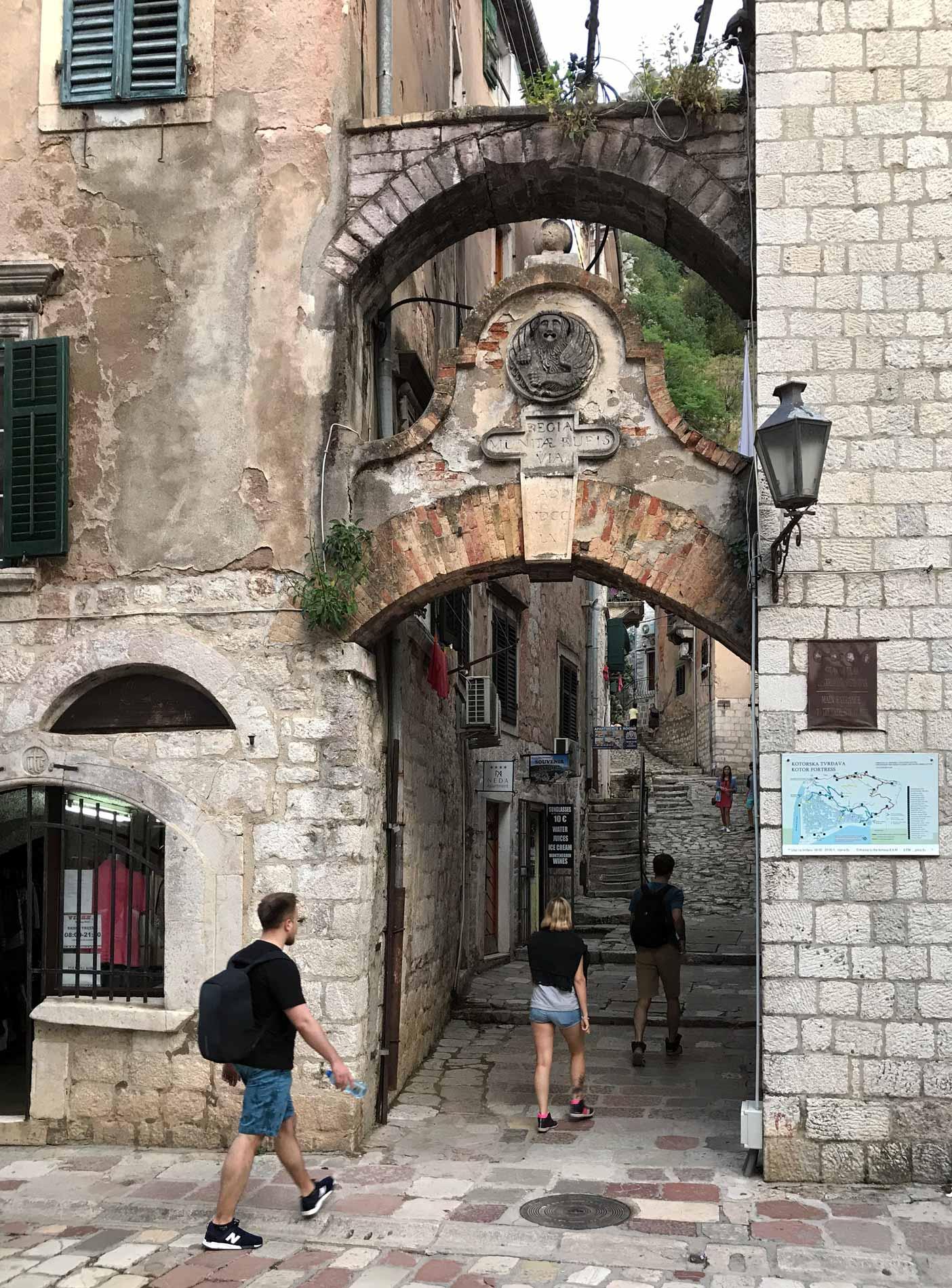 Kotor-Montenegro-via-arco-case-persone-Collegiata-Santa-Maria-Porta-Nord