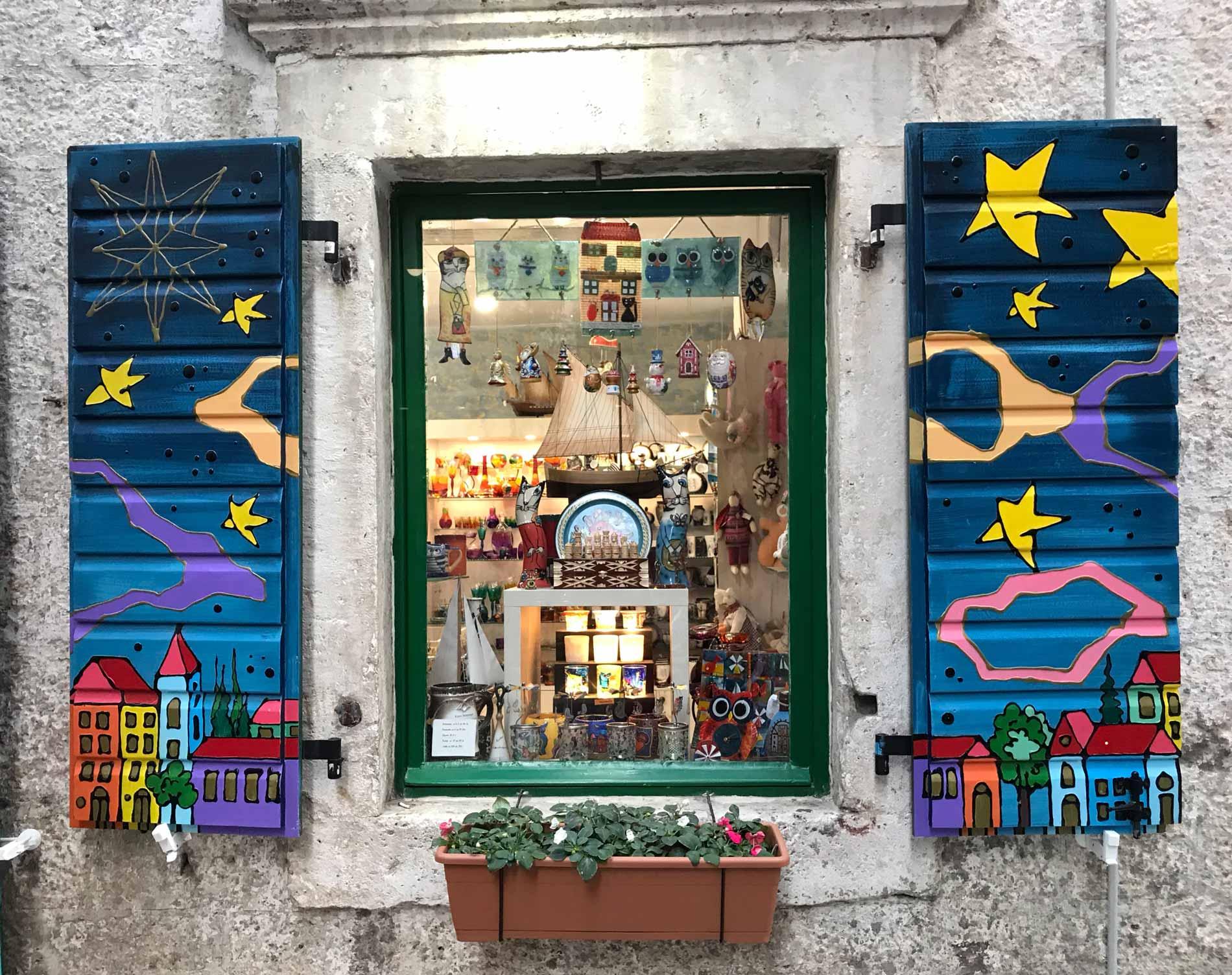 Kotor-Montenegro-Ulica1-imposte-coloratissime-negozio-di-souvenir