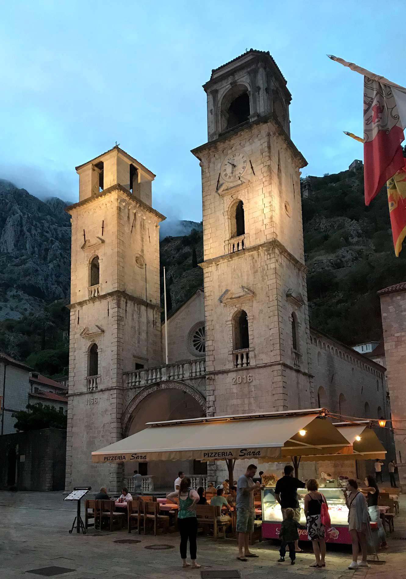 Kotor-Cattedrale-di-San-Trifone-campanili-blue-hour-bandiera-del-Montenegro