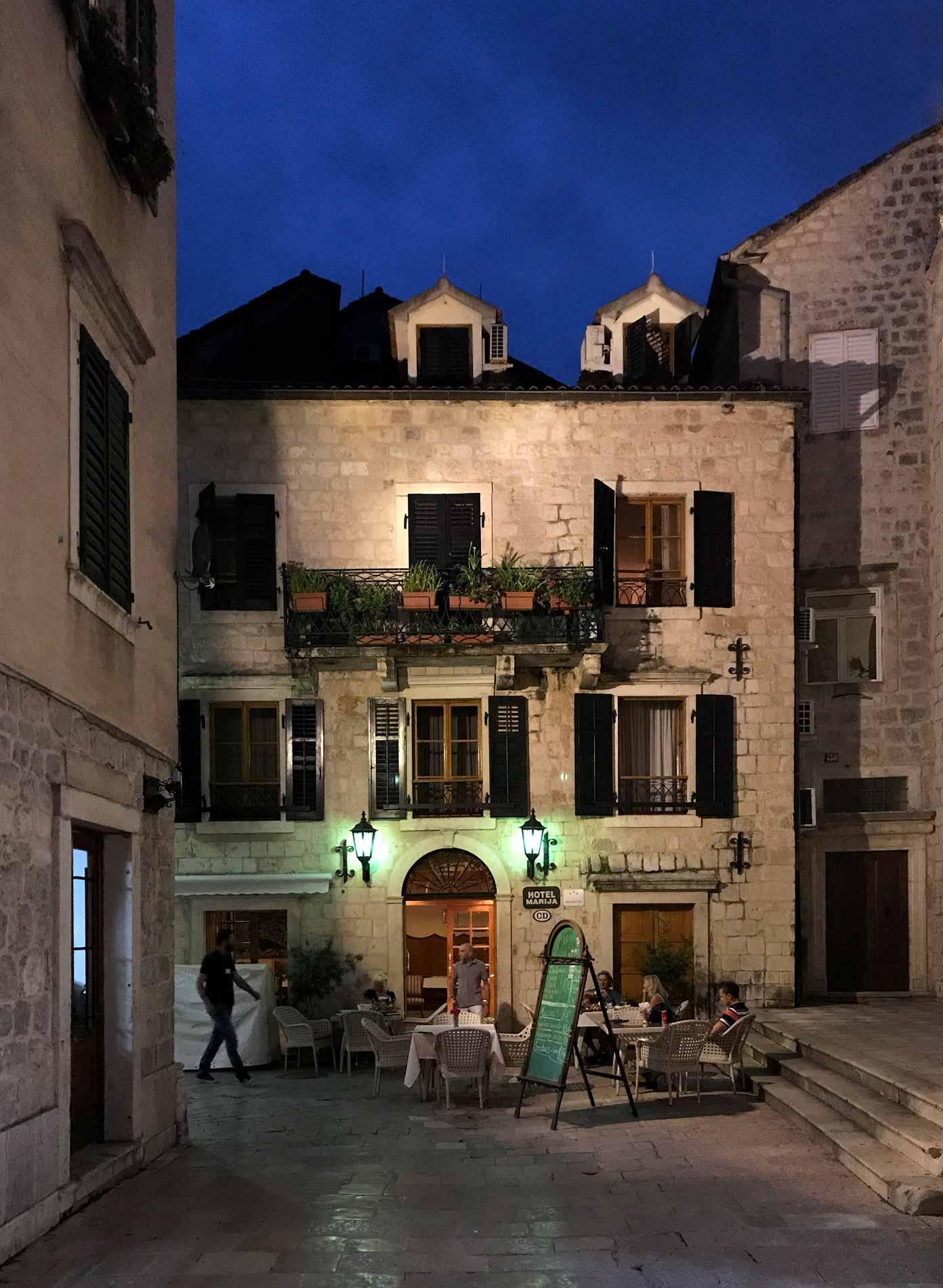 Kotor-Montenegro-hotel-tavolini-turisti-ora-blu-Ulica1-luci