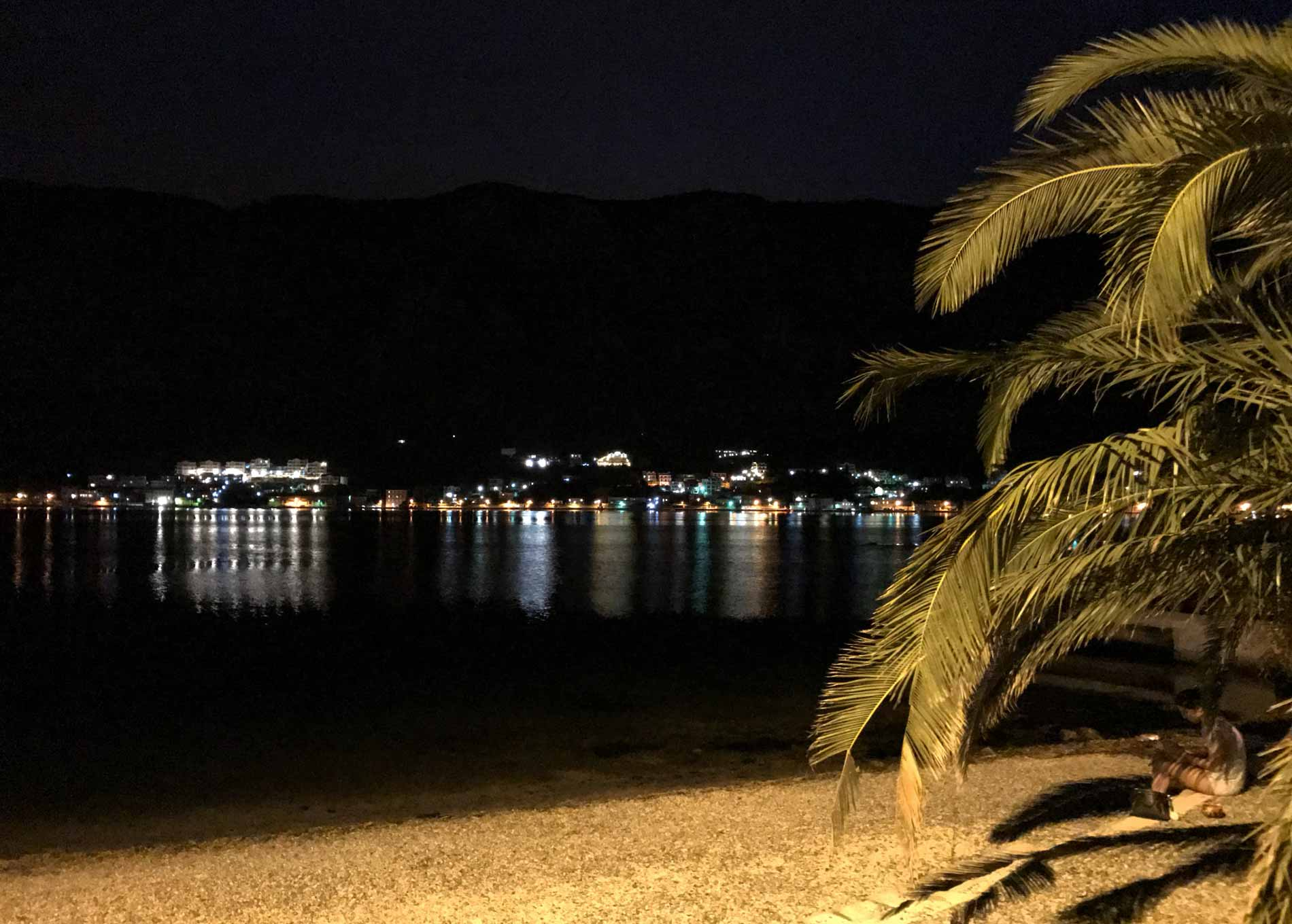Kotor-Montenegro-palma-spiaggia-notte-luci
