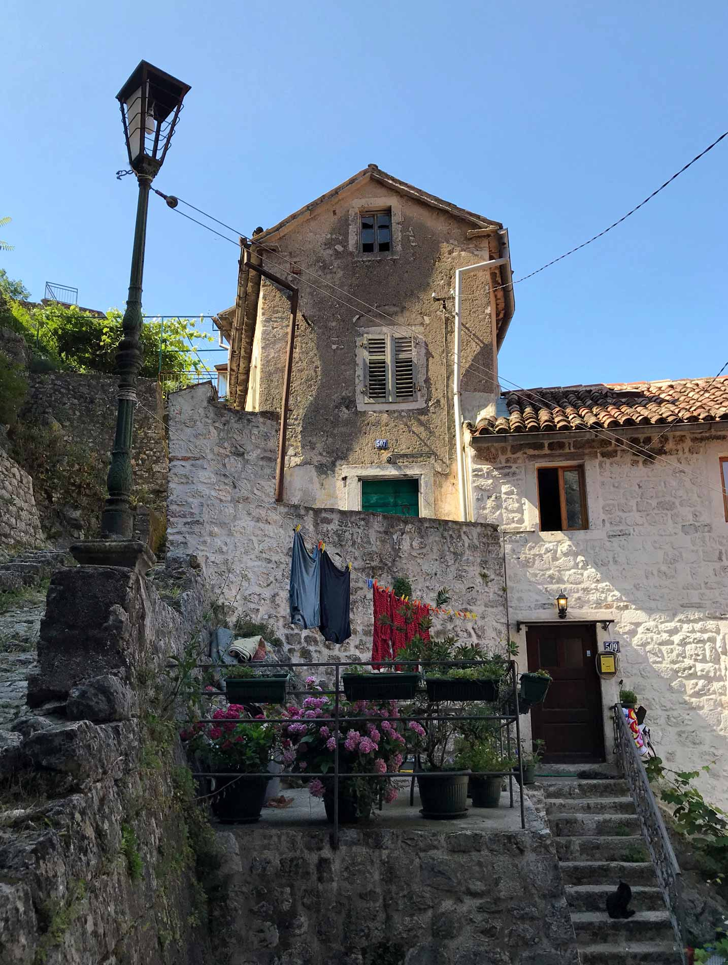 Kotor-Montenegro-casa-panni-stesi-finestre-scalinata-colle-san-giovanni
