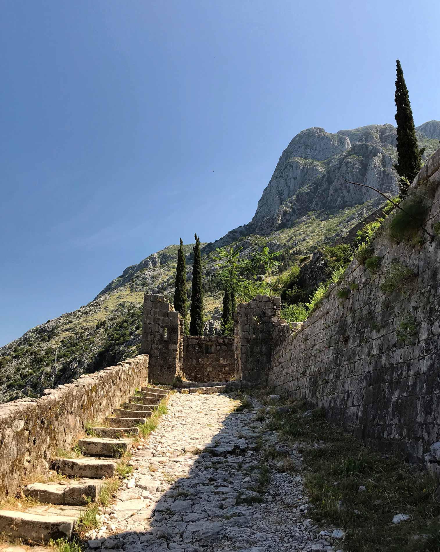 Kotor-Montenegro-fortificazioni-veneziane-colle-san-Giovanni-gradini-rocce-pietre-cielo-montagna