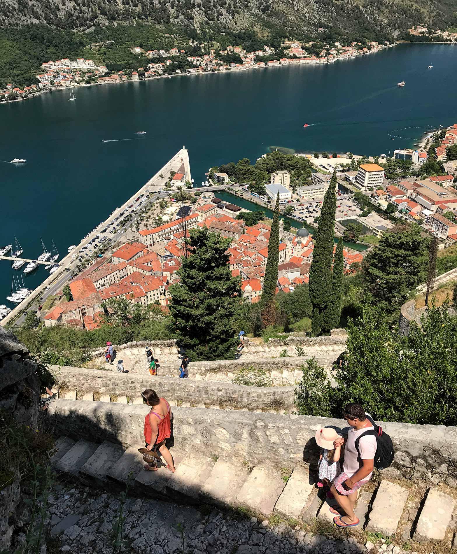 Cattaro-Montenegro-mura-fortificazioni-veneziane-colle-san-Giovanni-scalinate-zigzag-tetti-Kotor