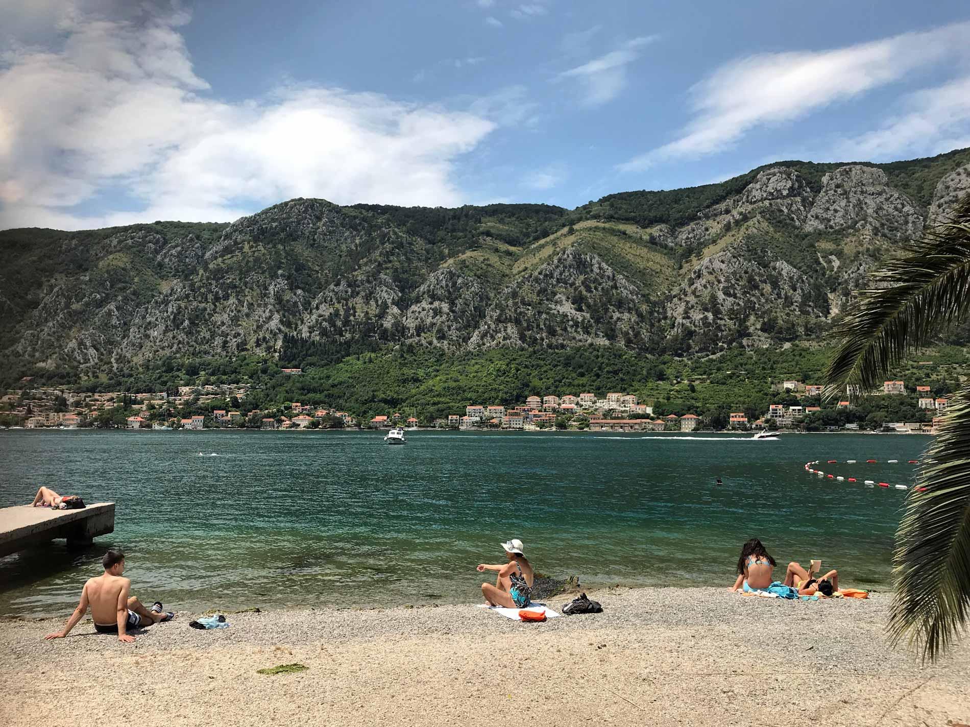 Bocche-di-Cattaro-Montenegro-bagnanti-sulla-spiaggia-mare