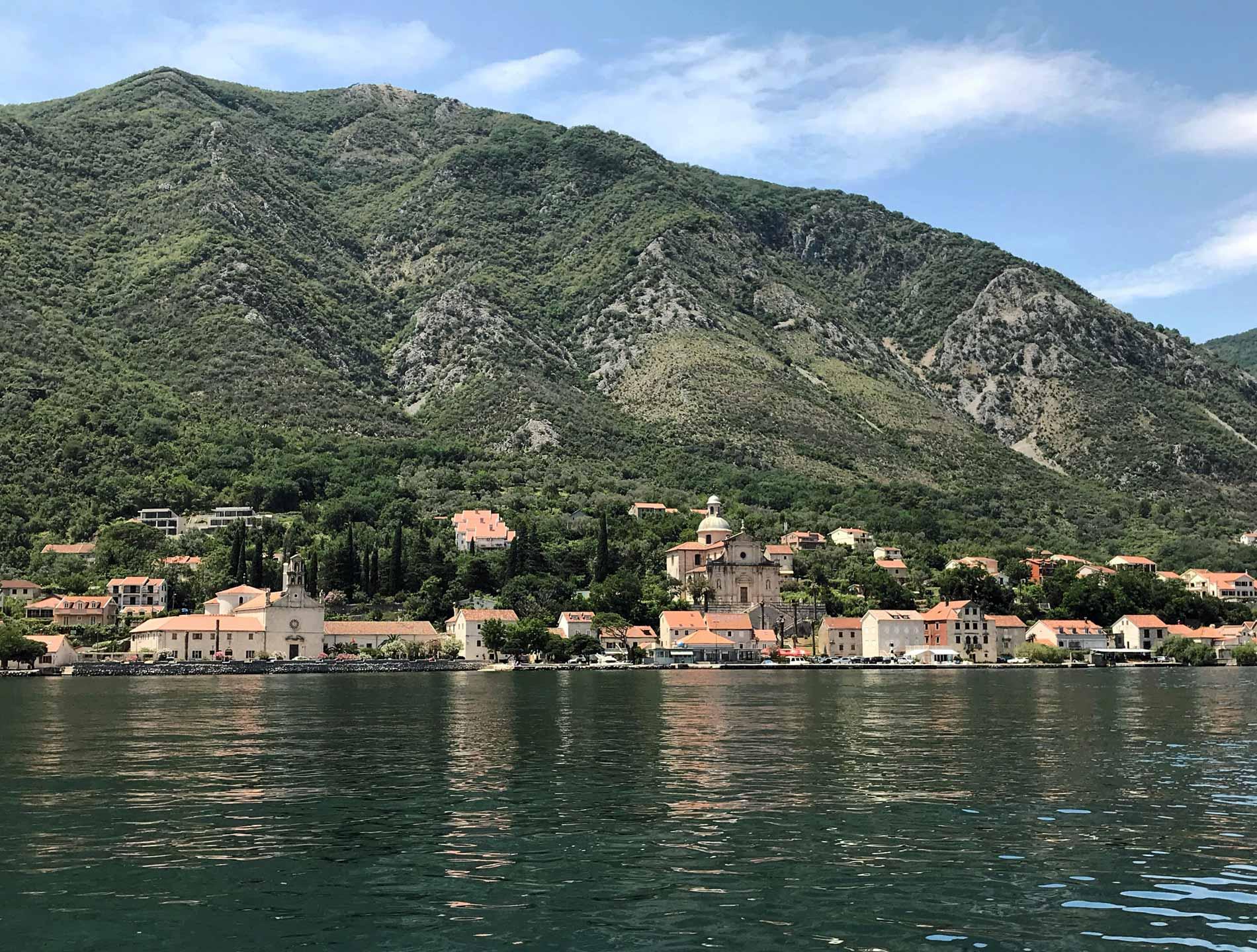 Bocche-di-Cattaro-Montenegro-Perzagno-vista-dal-mare-chiese-montagna
