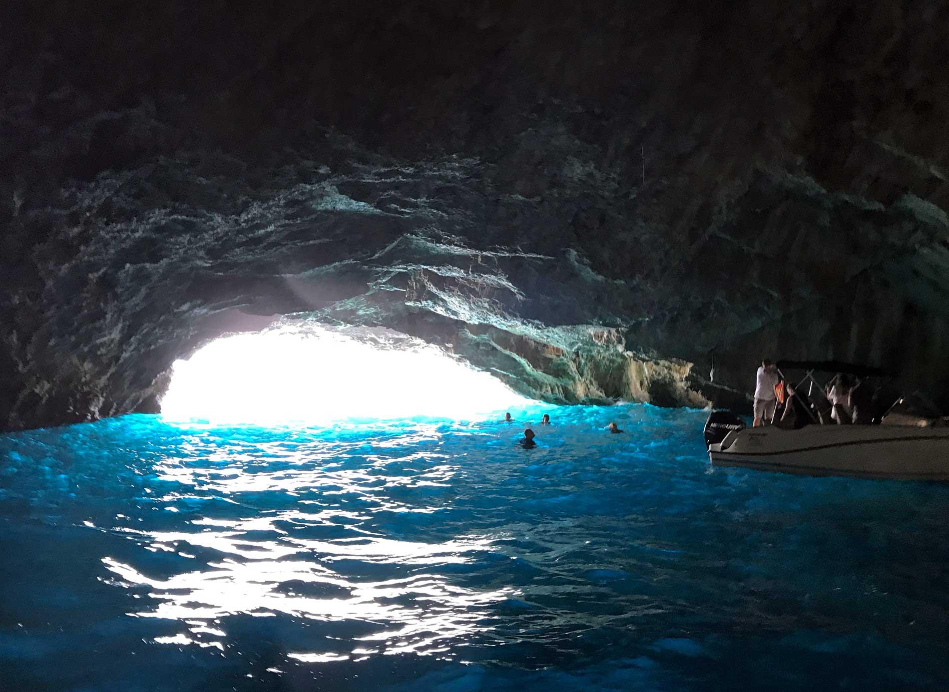 Mar-Adriatico-Bocche-di-Cattaro-Montenegro-Grotta-Azzurra-Plava-spilja-acqua-mare