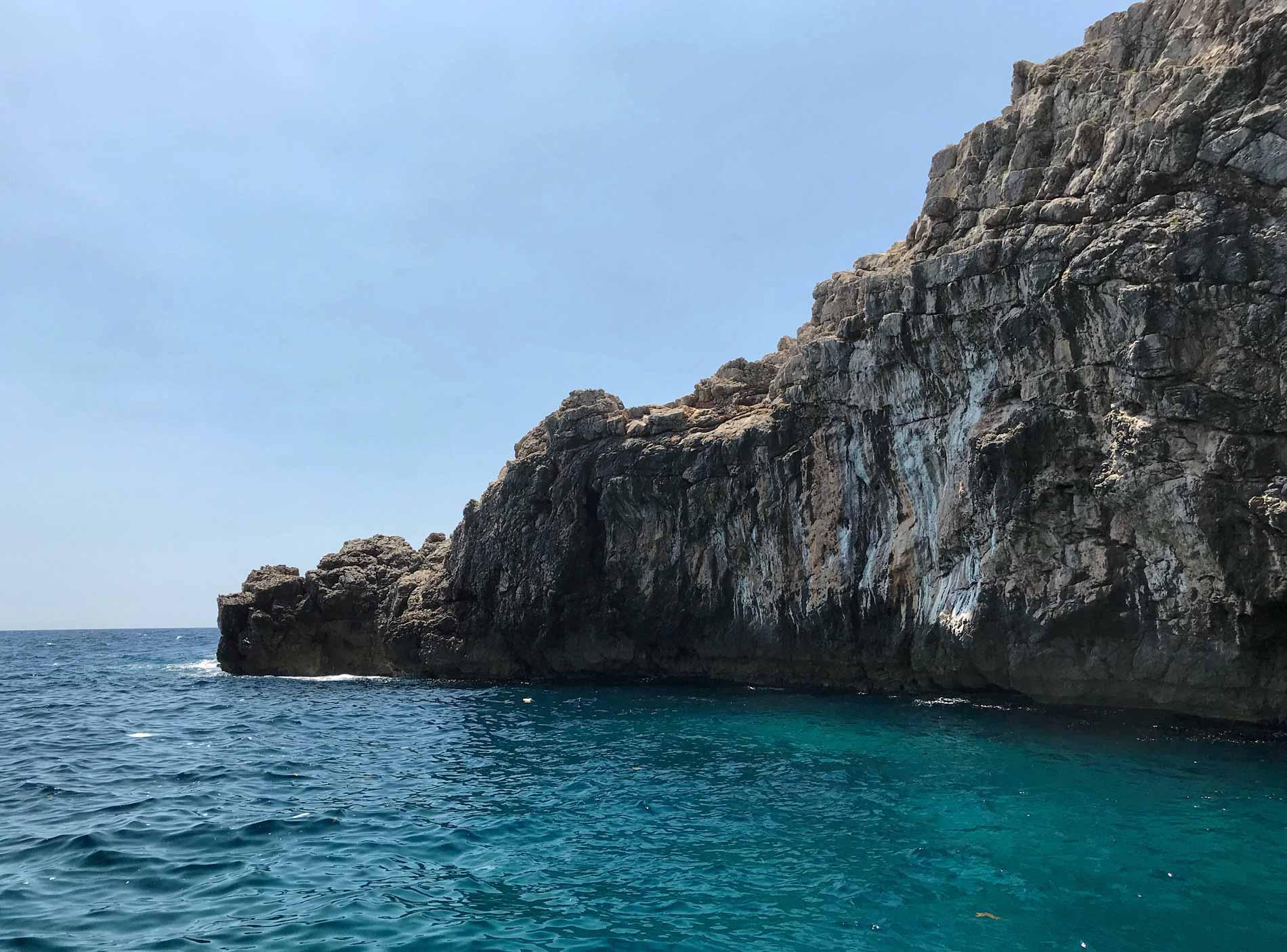 Mar-Adriatico-Bocche-di-Cattaro-Montenegro-roccia-mare-cristallino