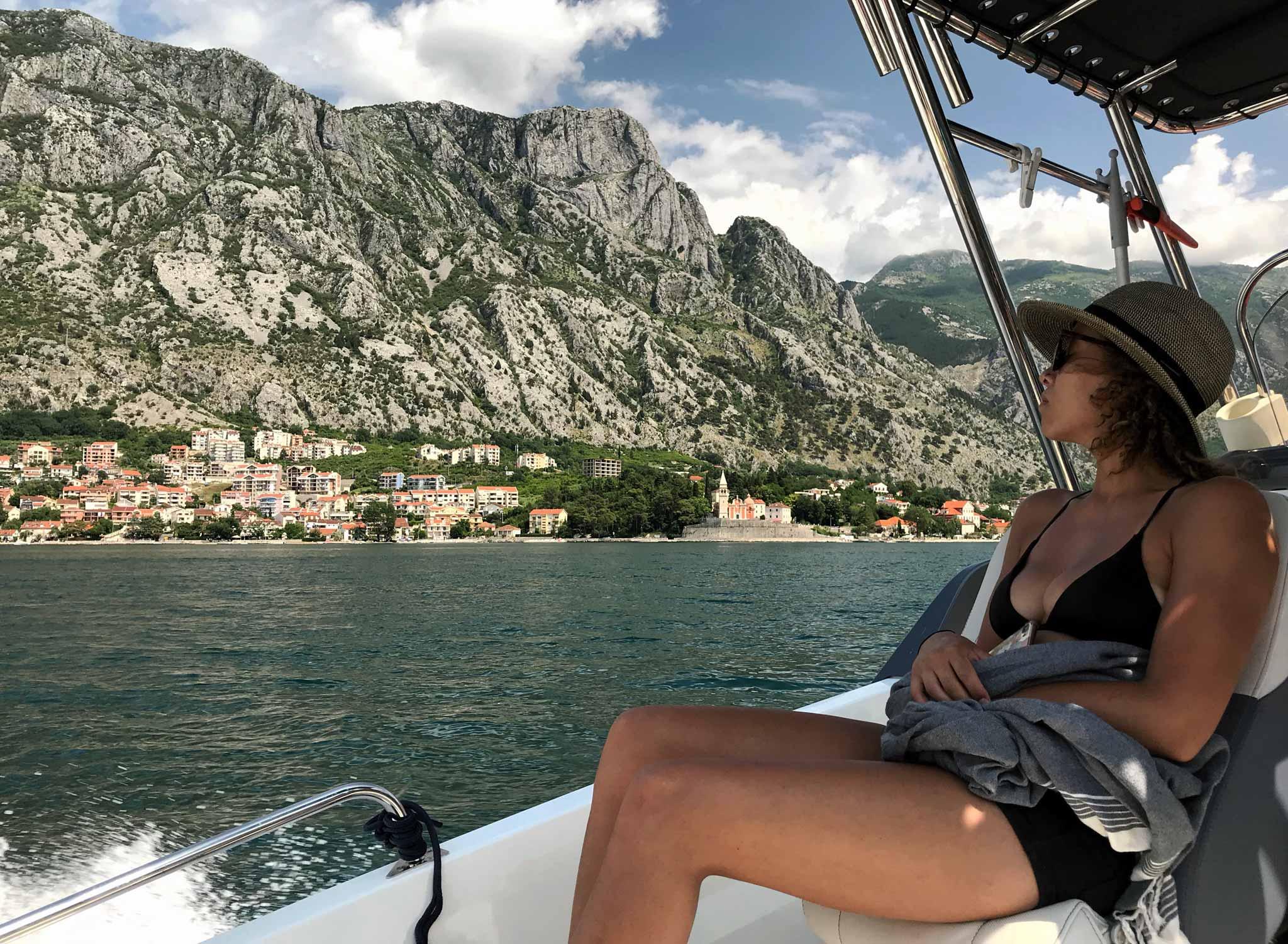 Bocche-di-Cattaro-Montenegro-ragazza-motoscafo