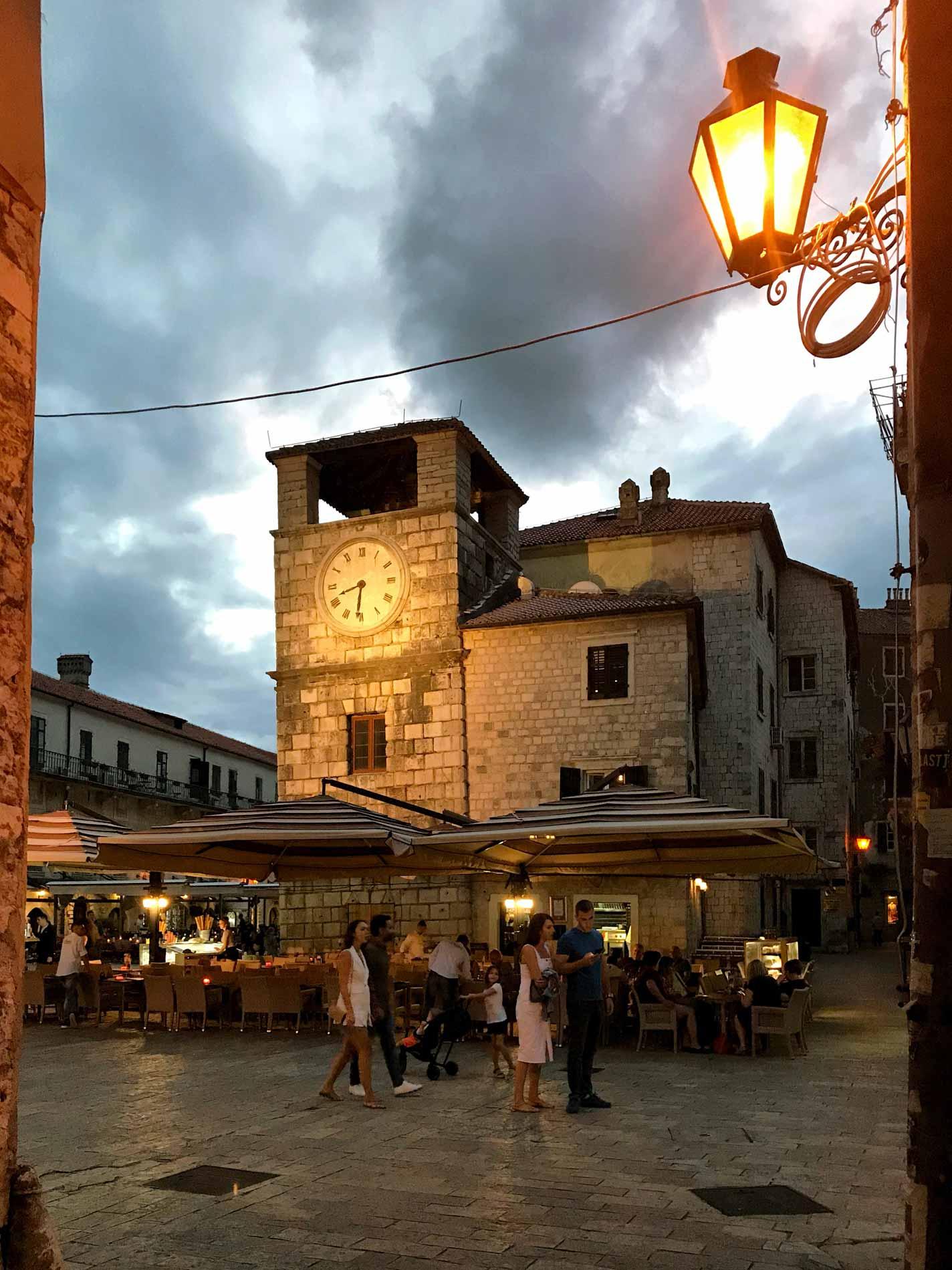 Kotor-Montenegro-Piazza-dArmi-Torre-dellOrologio-lampione-acceso