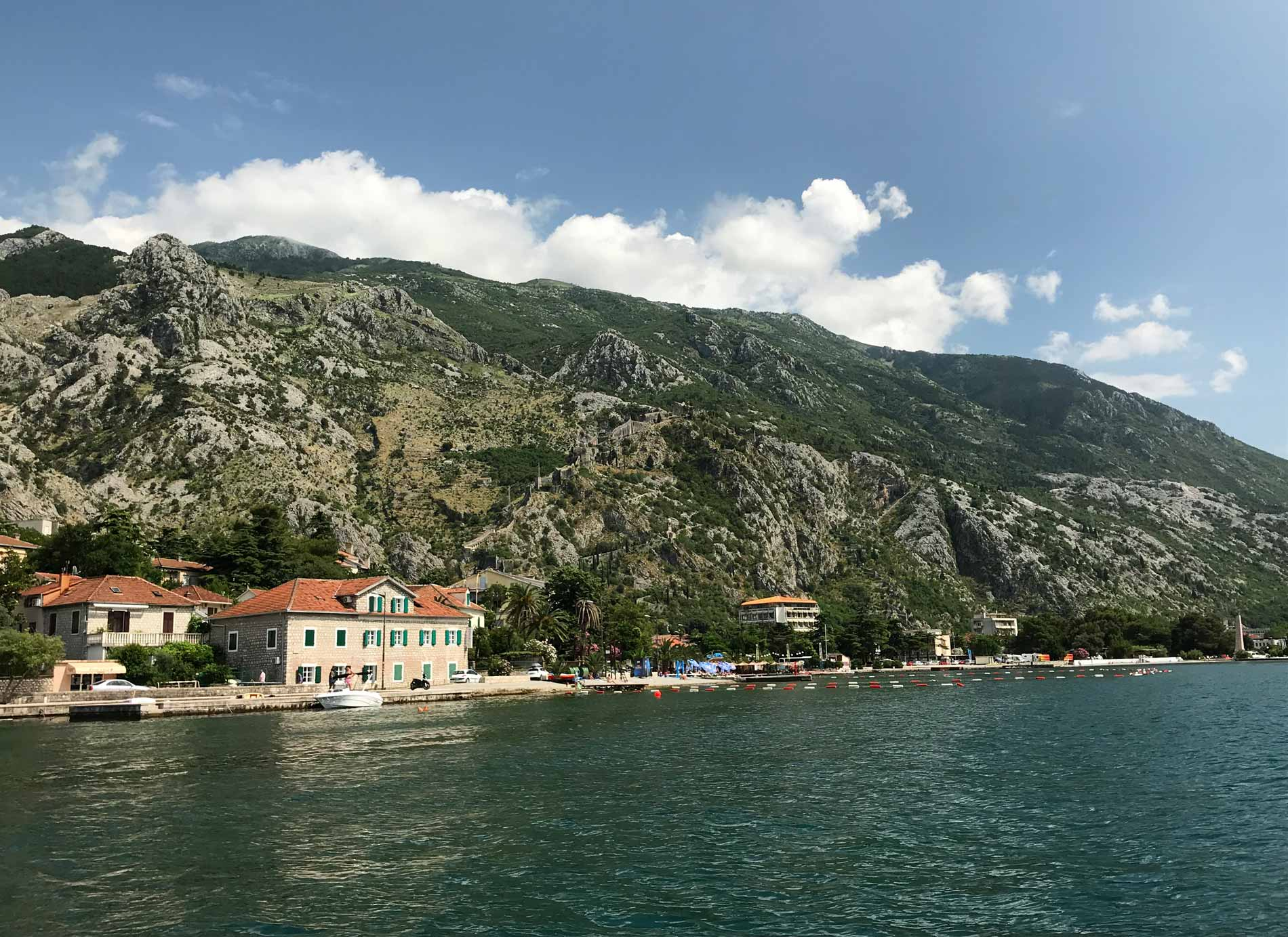 Dobrota-Bocche-di-Cattaro-Montenegro-vista-dal-mare-fortificazioni-veneziane-Kotor
