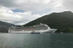 Bocche-di-Cattaro-Montenegro-mare-montagne-nave-da-crociera-msc