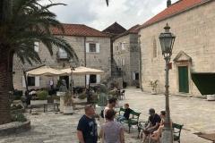 Perast-Montenegro-lungomare-Bocche-di-Cattaro-piazza-turisti-lampione