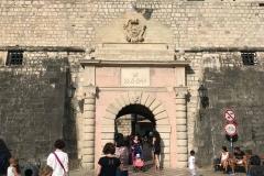 Porta-Marina-mura-veneziane-di-Kotor-Montenegro-ingresso-citta-persone