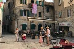 Kotor-Montenegro-Piazza-delle-Erbe-Trg-od-Salate-tavolini-gente-che-chiacchiera