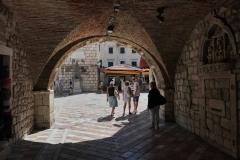 Kotor-Montenegro-Porta-Marina-arco-Piazza-dArmi-luce-e-ombra