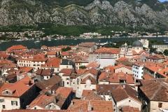 Kotor-Montenegro-panorama-dalle-fortificazioni-veneziane-tetti-rossi-cupole-chiesa-di-San-Nicola