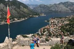 Kotor-fortificazioni-veneziane-castello-di-san-Giovanni-panorama-Bocche-di-Cattaro-bandiera-Montenegro