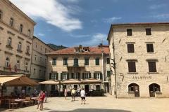 Kotor-Cattedrale-di-San-Trifone-vista-dal-portale-Piazza-San-Trifone-archivium-case