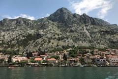Bocche-di-Cattaro-Montenegro-Dobrota-mare-case-montagna