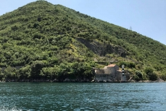 Bocche-di-Cattaro-Montenegro-chiesa-in-pietra-alberi-natura