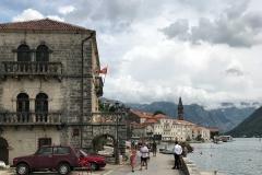 Perast-Montenegro-lungomare-Bocche-di-Cattaro-casa-auto-campanile-turisti