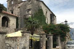 Perast-Montenegro-lungomare-Bocche-di-Cattaro-case.decrepite-ristorante-divano-strada