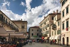 Kotor-Montenegro-Piazza-dArmi-case-ristoranti-tavoli-finestre-verdi