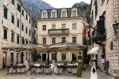 Kotor-Montenegro-Piazza-dArmi-casa-stile-viennese-tavolini-ristorante-turiste