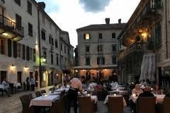 Cattaro-Montenegro-Piazza-della-Farina-Trg-od-brasna-cameriere-tavoli-apparecchiati