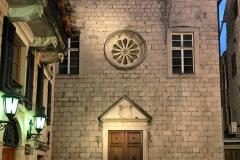 Kotor-Montenegro-chiesa-francescana-di-Santa-Chiara-facciata-ora-blu