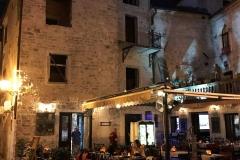 Kotor-Montenegro-centro-storico-luci-tavoli-ristorante-ora-blu-sera