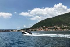Bocche-di-Cattaro-Montenegro-motoscafo-paese-montagna-mare-nuvole