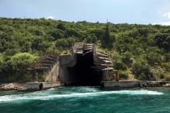 Bocche-di-Cattaro-Montenegro-nascondiglio-sottomarini-sovietici-nella-roccia-mare-natura