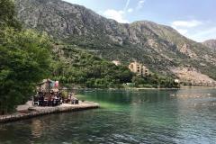 Bocche-di-Cattaro-Morinj-Montenegro-mare-montagna-natura-persone-che-mangiano