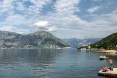 Bocche-di-Cattaro-Morinj-Montenegro-mare-montagna-persone-che-prendono-il-sole