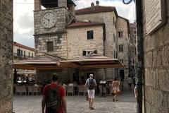 Kotor-Montenegro-centro-storico-Torre-dellOrologio-turista-lampione