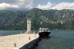 Perast-Bocche-di-Cattaro-Montenegro-isola-Madonna-delle-Rocce-faro-barca-mare