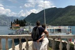 Perast-Bocche-di-Cattaro-Montenegro-isola-Madonna-delle-Rocce-innamorati-abbracciati