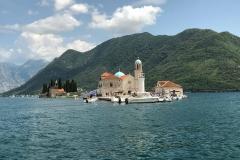 Perast-Bocche-di-Cattaro-Montenegro-isola-di-San-Giorgio-Madonna-delle-Rocce-vista-dal-mare