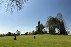 famiglia-che-gioca-in-un-grande-prato-di-parco-giardino-sigurta