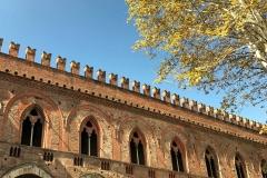 Pavia-Castello-Visconteo-arcate-interno-cielo-azzurro-albero-autunno