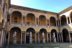 Università-di-Pavia-cortile-delle-statue-professori-famosi