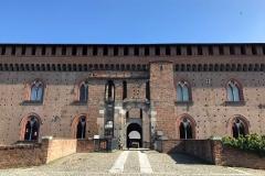 Pavia-Castello-Visconteo-ingresso-ponte-mattoni-cielo-blu